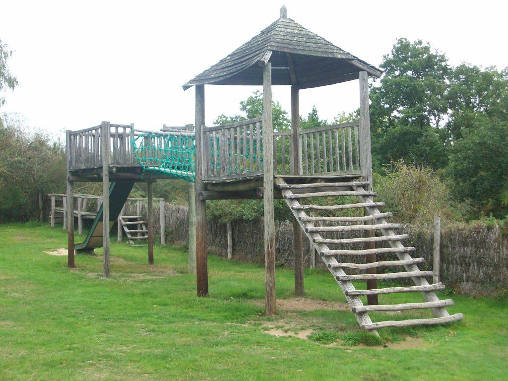 Structure bois.Village enfant. Parc Ecomusée Petite Couère.